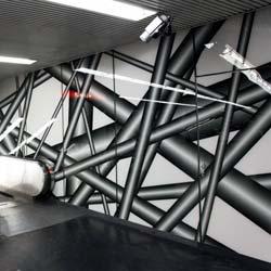 Ein Netz aus computergenerierten Röhren aus Glas weckt in der U-Bahn-Station am Karlsplatz Assoziationen des weit verzweigten Linien-Netzes. Foto: WIENER LINIEN GmbH & Co KG / AGC Interpane