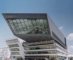 Fassade des Learning and Library Center der neuen Wiener Wirtschaftsuniversität von Zaha Hadid