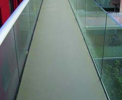 Ob bei Balkone, Laubengänge, Terrassen, Garagen, Kellerräume oder Treppen - die Bodenbeschichtung MC-Floor TopSpeed lässt sich auch bei Feuchtigkeit und Kälte einfach verarbeiten. Verarbeiter sparen dadurch Zeit. Foto: MC-Bauchemie, Bottrop