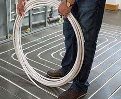 Das Kupfer-Flächenheizungsrohr cuprotherm CTX kann dank Rillenfräsung auch im bestehenden Estrich verlegt werden. Bild: KME Germany GmbH & Co. KG, Osnabrück