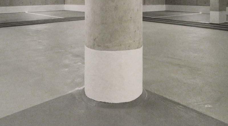 Langfristig gelöst: Die Bodenbeschichtung ist bis an den Pfeiler hoch gezogen. Die weiße Beschichtung unterstützt die Sicht-barkeit im Parkhaus. Bild: StoCretec