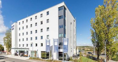 Außen korrespondiert das neue Dorint Airport Hotel in Stuttgart stark mit der Umgebung. Innen nimmt das Design Bezug auf die Flughafennähe. Die Inspirationen aus der Fliegerei sind im gesamten Neubau allgegenwärtig – in Lobby, Bar und Restaurant sowie in allen Zimmern und Suiten.