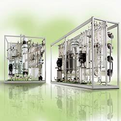 EnviroFALK Wasseraufbereitungsanlagen für die Glas-Branche. Rechts im Bild: Umkehrosmoseanlage. Links im Bild: Ultrafiltrationsanlage. Weitere beispielhafte Anlagen zur Wasseraufbereitung auf der glasstec 2016 in Halle 15, Stand D22.