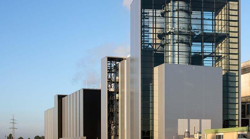 """Das neue Erdgaskraftwerk in Düsseldorf ist ein gelungenes Positivbeispiel für den Vogelschutz und die Energieeffizienz. Der """"Block Fortuna"""" wurde komplett aus Glas gestaltet, jedoch fast komplett mit horizontalen Streifen (3mm Breite, 47 mm Kantenabstand) versehen. Diese wurden bereits bei der Glasproduktion auf die äußere Schicht aufgedruckt und sind so ein dauerhaftes Hindernis für Vögel."""