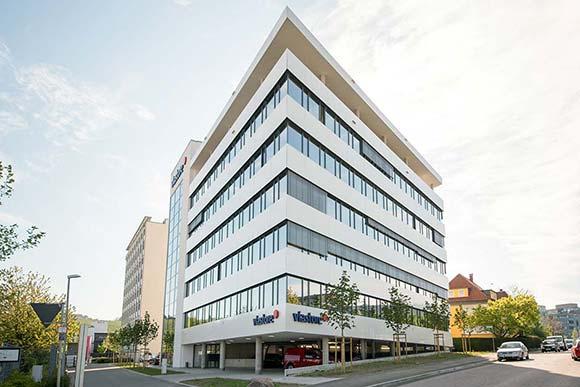 Das neue Verwaltungsgebäude von viastore bietet eine optimale Flächennutzung und reizt die Bebauungsgrenze des spitzwinkligen Grundstücks perfekt aus. Bild: Schwarz Architekten