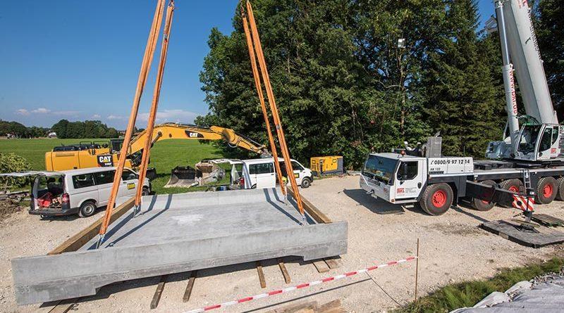 Für den Ersatzneubau der Brücke über den Dürnbach gab die Tegernsee-Bahn (Bauherr) ihr Einverständnis zur Erstanwendung des neuen Werkstoffs. Die Widerlager der alten Brücke konnten aufgrund des geringen Eigengewichts des neuen Brücken-Fertigteils aus UHPC beibehalten werden. Bildquelle: HeidelbergCement AG / Steffen Fuchs