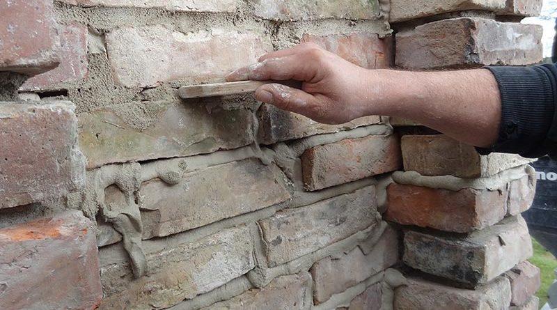 Das Mauerwerkssystem lässt sich leicht verarbeiten – sowohl manuell als auch maschinell. Foto: MARBOS GmbH & Co. KG