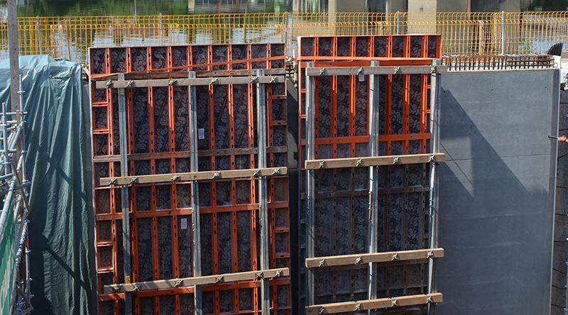 """Die vier """"Schalungsschilder"""" in Parkposition warten auf ihren nächsten Einsatz. Die Schalungsschilder wurden aus der Kombination von LOGO.3 und Aluschienen aus dem GASS-Programm vor Ort montiert. Die waagerechten Holzkonstruktionen dienen als Transportsicherung beim Kranversatz. Foto: PASCHAL"""
