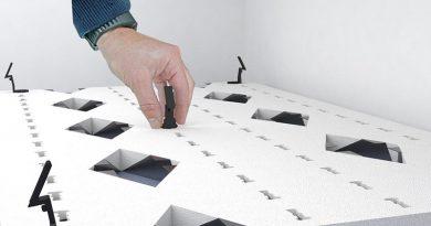 Der patentierte Modulhalter ist mit einer einfachen Drehung auf dem Modul befestigt. Anschließend lässt sich das komplette Element im CD-Profil an der Unterdecke einrasten. Bild: PYD-Thermosysteme, Bischofswiesen