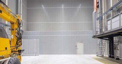 Absorbierende Wandelemente an den Hauptflächen der Versuchshalle sind ein wichtiges Element des Schallschutzes im Entwicklungszentrum von Liebherr. Foto: Faist