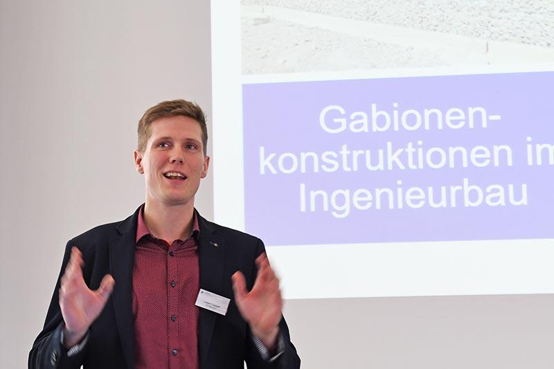 Lukas Tophoff präsentierte Ergebnisse aus unterschiedlichen Untersuchungsreihen zur Standsicherheit von Gabionen. Foto: FH Münster/Stefanie Gosejohann