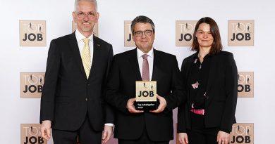 Ausgezeichnet: Sigmar Gabriel überreichte Sita Geschäftsführer Thomas Kleinegees und Manuela Holtkamp, Assistentin der Geschäftsleitung, das Top Job-Siegel 2020 für vorbildliche Arbeitsplatzkultur.