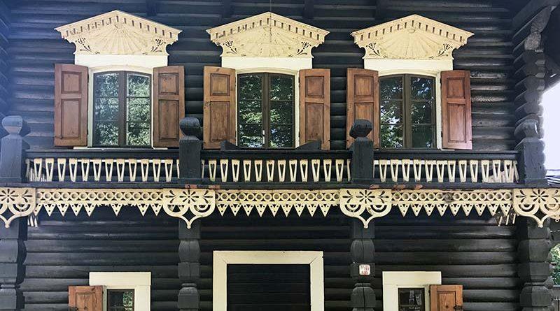Filigrane Schnitzereien und dunkle Stämme prägen das Erscheinungsbild der Holzhäuser der historischen russischen Siedlung Alexandrowka in Potsdam. Bild: UdiDämmsysteme