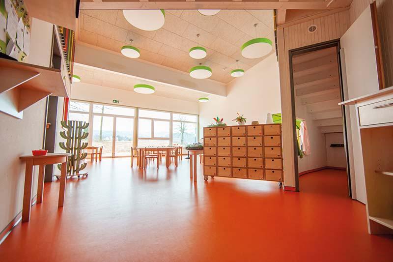 Die beiden großen Gruppenräume: Lichtdurchflutet durch große Fensterflächen und eine zweite Ebene, die zusätzlichen Platz schafft. Bildnachweis: SWISS KRONO │ Foto: tm studios