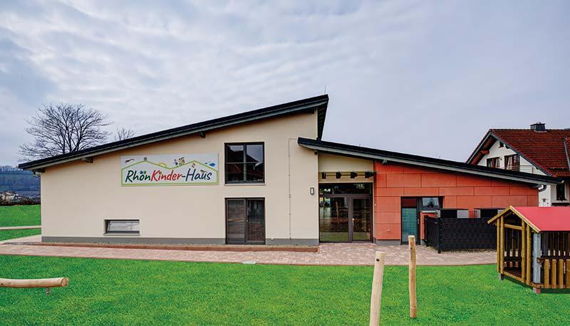 Außenansicht und Eingangsbereich der neuen Kita in Poppenhausen. Bildnachweis: SWISS KRONO │ Foto: tm studios