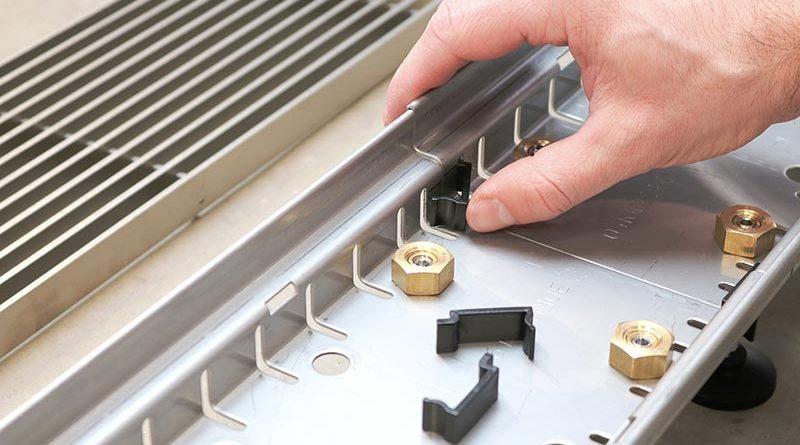 Der SitaDrain Kastenrinne Clip verbindet zwei Kastenrinnen: Die praktischen Verbinder werden einfach rechts und links eingeclippt.