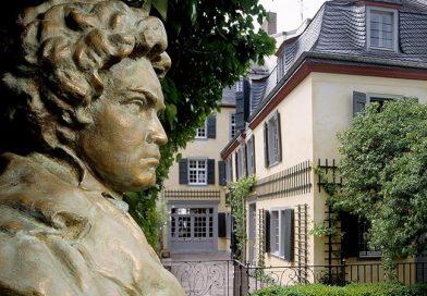 Das Beethoven-Haus ist ein Magnet für Touristen aus der ganzen Welt, denn im Hinterhaus des heutigen Museums wurde 1770 Ludwig van Beethoven geboren. Im Rahmen einer Neukonzeption der Ausstellung wurde es auch renoviert. – Hier eine Gartenansicht mit Büste von Cantemir Riscutia. Bild: Beethoven-Haus Bonn