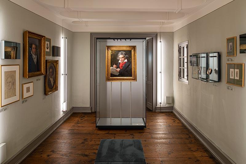 Die kabinettartigen Räume des Beethoven-Hauses erfuhren eine Farbauffrischung mit mineralischen Produkten, um die Exponate, wie hier z. B. die Bilder vor hellgrauer Wand rund um das Beethoven Porträt von Joseph Karl Stieler, zu präsentieren. Bild: Beethoven-Haus Bonn, David Ertl