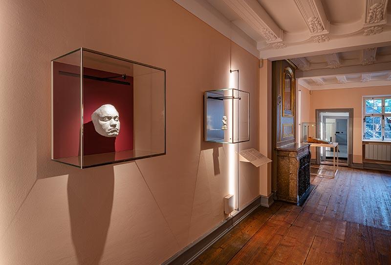 Die Ausstellungsstücke, wie die Lebendmaske des Komponisten, sind in diesem Raum vor einer orangepastellfarbenen Wand platziert. In Szene gesetzt werden sie auch durch ein neues Beleuchtungssystem. Bild: Beethoven-Haus Bonn, David Ertl