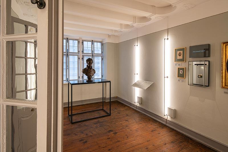 Die sogenannten Kölner Decken – Balkenkonstruktionen mit Stuck – bekamen mit mineralischer Farbe ebenfalls einen Neuanstrich, allerdings wurde die Farbe gespritzt. Sie bilden einen dezenten Kontrast zu den pastellig gestalteten Wänden, wie hier zum hellen Grau. Bild: Beethoven-Haus Bonn, David Ertl