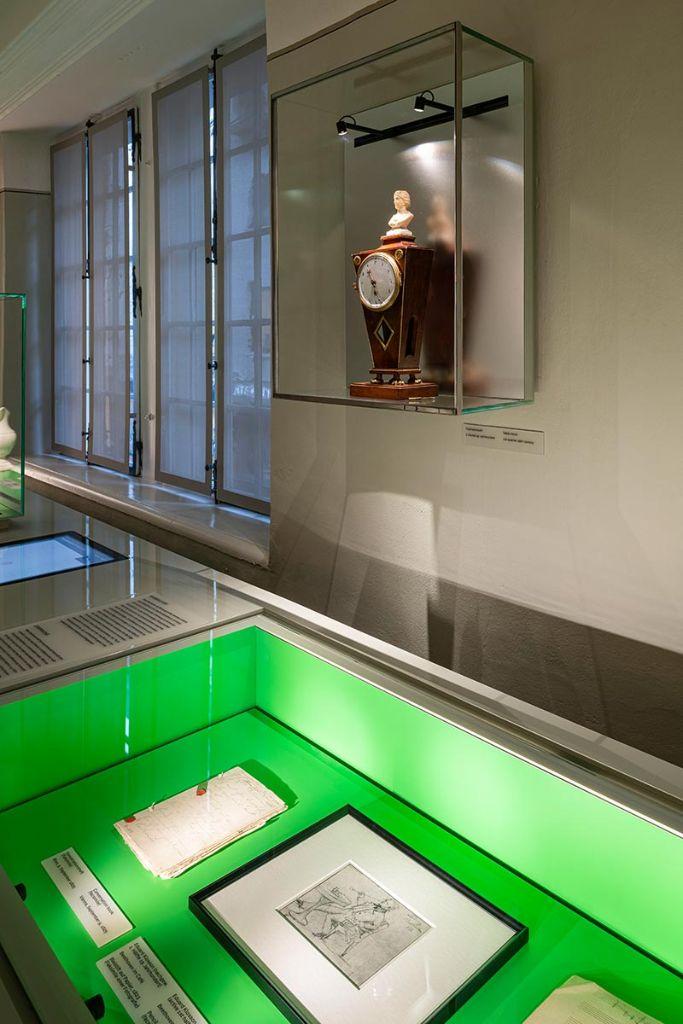 Die Pastellfarben an den Wänden waren sehr vergraut, sodass sie eine Auffrischungskur dringend nötig hatten. Die Ausstellungsmöbel sind mit der Wandfarbe des jeweiligen Raums, hier ein pastelliges Grün, abgestimmt und farblich entsprechend monochrom gestaltet. Die Legeflächen heben sich farblich deutlich davon ab, hier ein kräftiges Grasgrün. Bild: Beethoven-Haus Bonn, David Ertl