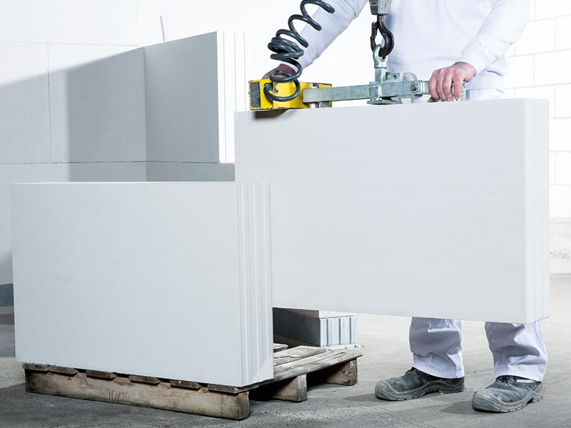 Die Arbeit mit Versetzgeräten ermöglicht ein rationelles wie kräfteschonendes Mauern. Bild: Kai Nielsen / KS-Original