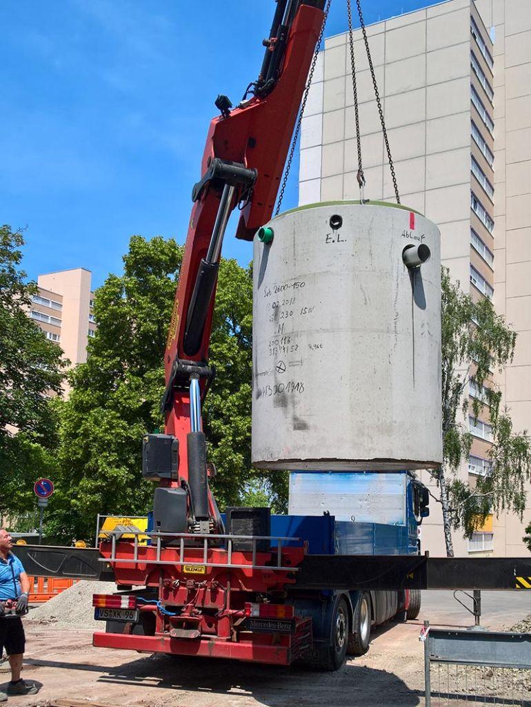 Vom LKW in die Baugrube. Sicherheitsauffangbecken bilden die Schutzkulisse rund um Böblingens BHKWs. Bild: Mall