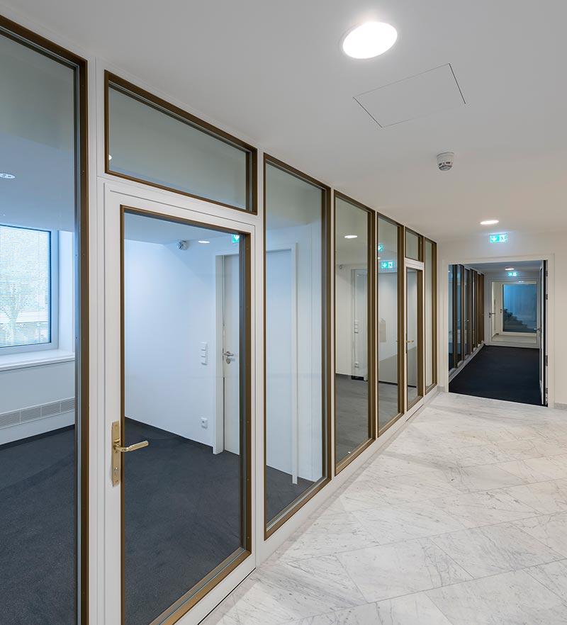 Das Foyer ist über ein Atrium mit dem ersten Stockwerk verbunden. Das hat zur Folge, dass Türen und Trennwände erhöhten Brandschutzanforderungen entsprechen müssen. Bildquelle: Hoba