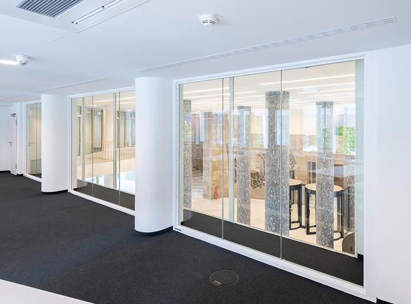Von den Büros aus, die dem Atrium zugewandt sind, hat man einen guten Blick ins Foyer. Bildquelle: Hoba