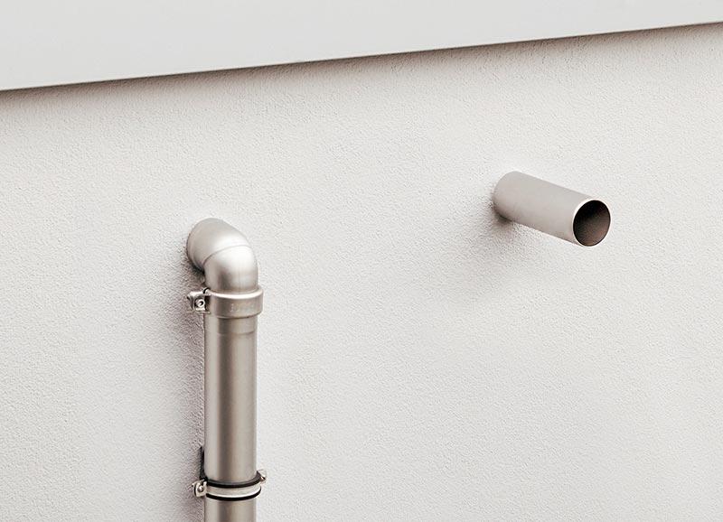 Die SitaMore Dichtmanschette schützt die Fassade rund um das Speierrohr. Optional ist auch eine Fassadenplatte aus Edelstahl erhältlich.