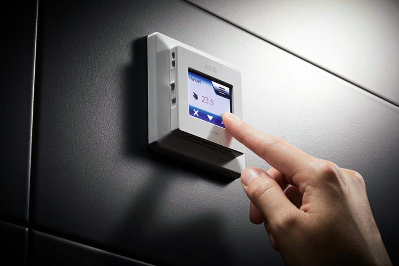 Der AEG Fußbodentemperaturregler FRTD 903 TC bietet als Touch-Komfortregler sämtliche Funktionen, die eine Regelung des THERMO BODENs vereinfachen. Foto: AEG Haustechnik