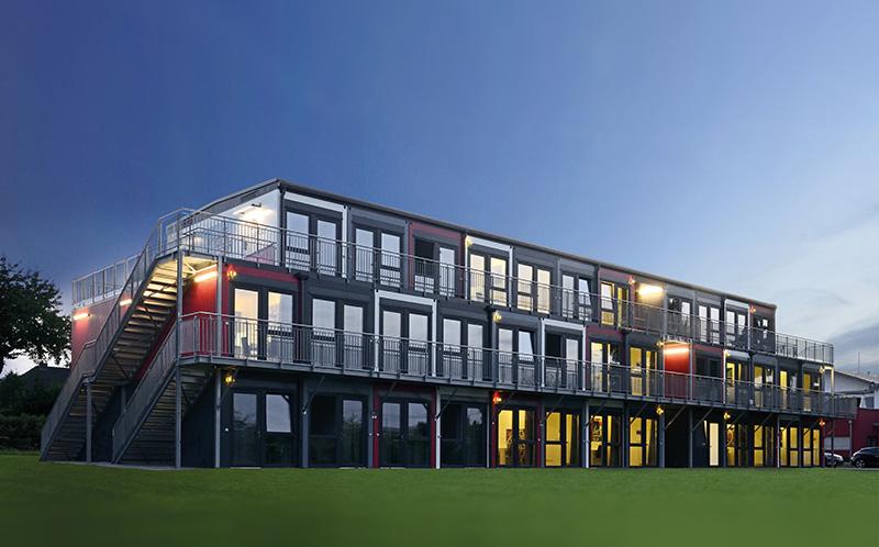Ein dreigeschossiger Modulbau mit Modellcharakter: der Snooze-Campus in Koblenz,. Dort stehen 36 komfortable Single-Apartments zur Vermietung bereit, von denen 26 über eine Dachterrasse verfügen. Bildquelle: Algeco / freier Architekt BDA Jens J. Ternes, Koblenz