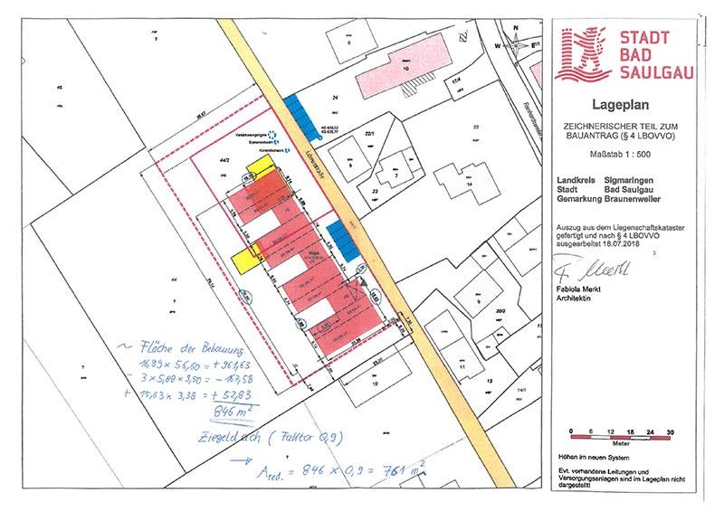 Ausschnitt der Baugenehmigungszeichnung mit handschriftlicher Berechnung der Einzugsgebietsfläche, die multipliziert mit dem Abflussbeiwert des Ziegeldachs die abflusswirksame Fläche ergibt. Letztere ist einer der Faktoren zur Bemessung der Versickerungstechnik. Grafik: Merkt