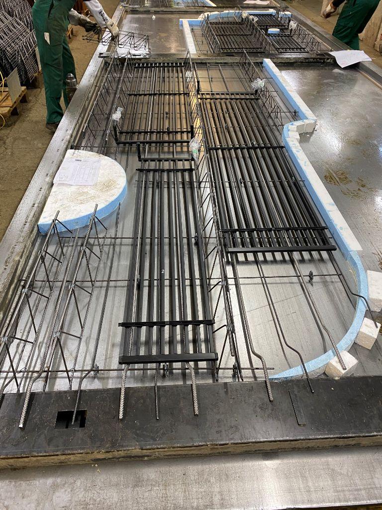 Einbau der aquatherm black system Register auf der unteren Bewehrungslage der Elementdecken zwischen den Gitterträgern. Bildquelle: SySpro-Gruppe Betonbauteile