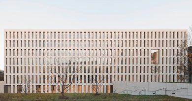 Bewusst ruhig und gleichmäßig: Die Architekturbetonfassade des Finanzamtes Karlsruhe besteht aus Betonfertigteilen mit Dyckerhoff WEISS. Foto: Brigida Gonzales