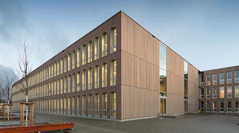 Schule in Holz-Modulbauweise. Bildquelle: ERNE AG Holzbau | Raumwerk & Spreen Architekten Arbeitsgemeinschaft | Foto: Thomas Koculak