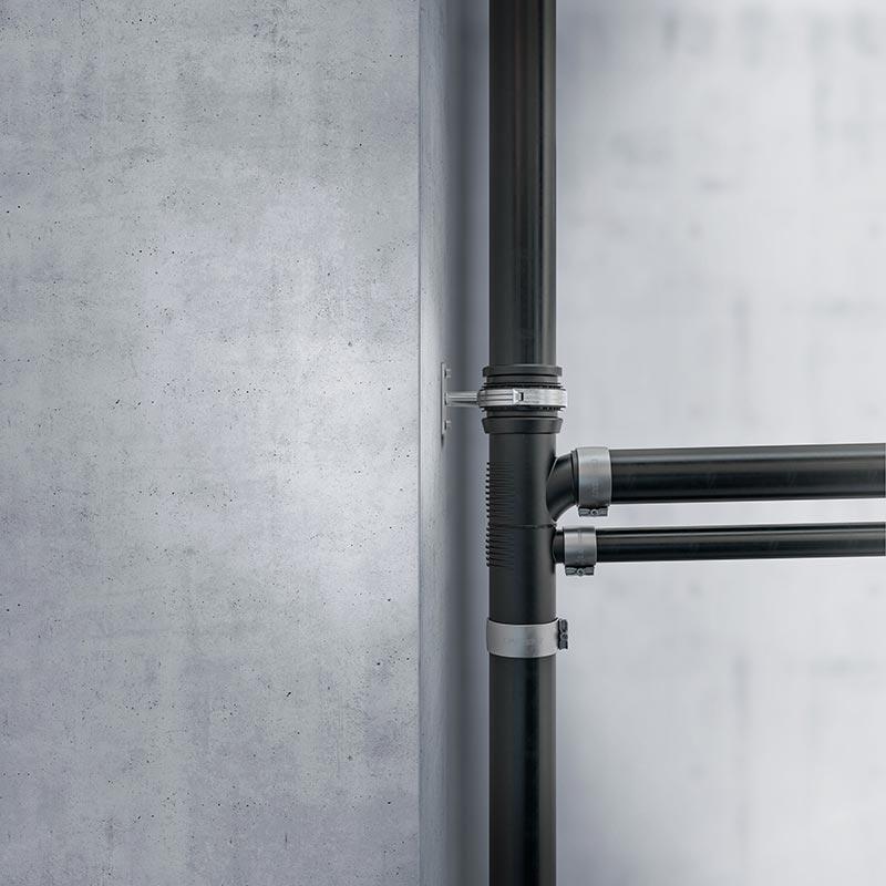 Zur Herstellung von Geberit Silent-db20 kommt der mineralverstärkte Kunststoff PE-S2 zum Einsatz. Er erhöht das Gewicht der Rohre und Formstücke. Bildquelle: Geberit