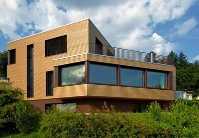 Der moderne Holzbau ist wieder im Vormarsch. Mit den richtigen Partnern lassen sich die einzelnen Elemente schnell und exakt herstellen, sodass die Montage ausgesprochen schnell durchgeführt werden kann. Bildautor: Renggli